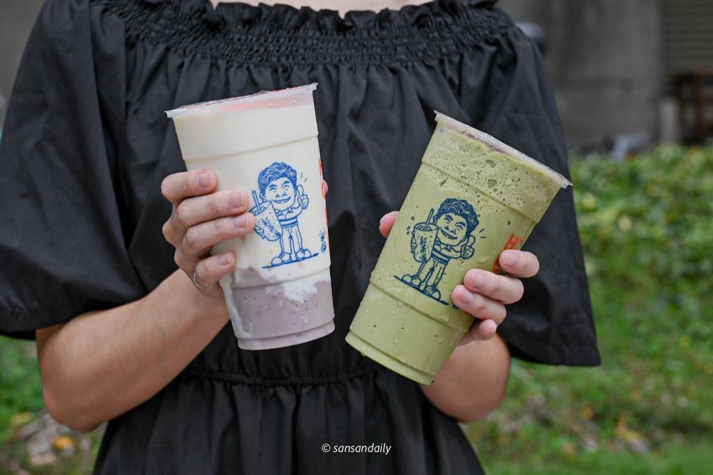 拿著飲料的人 芋頭牛奶和抹茶紅豆冰沙