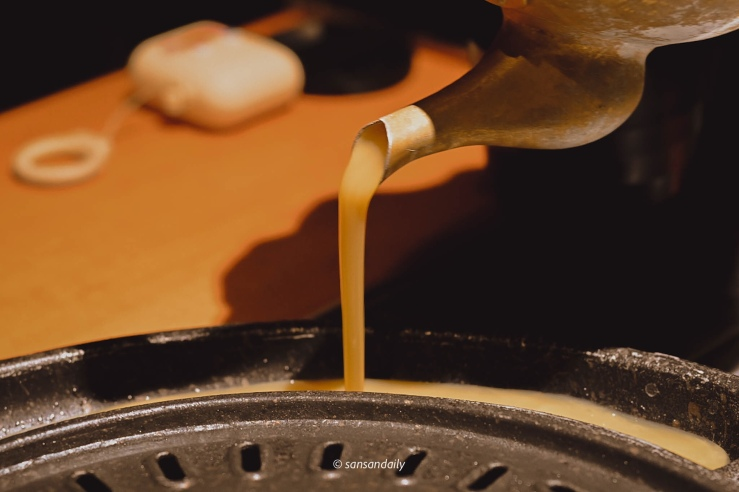 在鐵盤中倒入起司烘蛋的蛋液