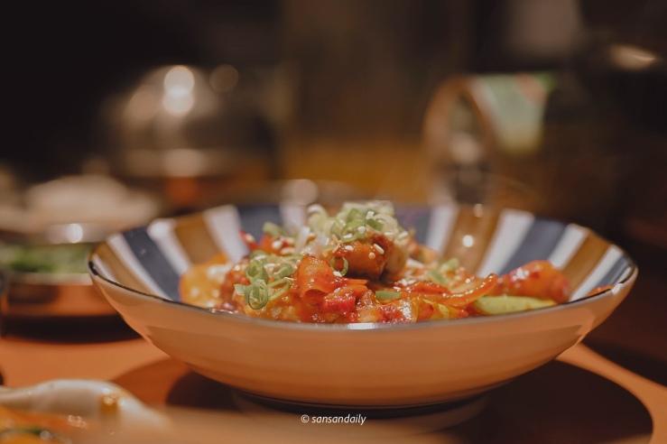 一盤韓式辣炒泡菜豬