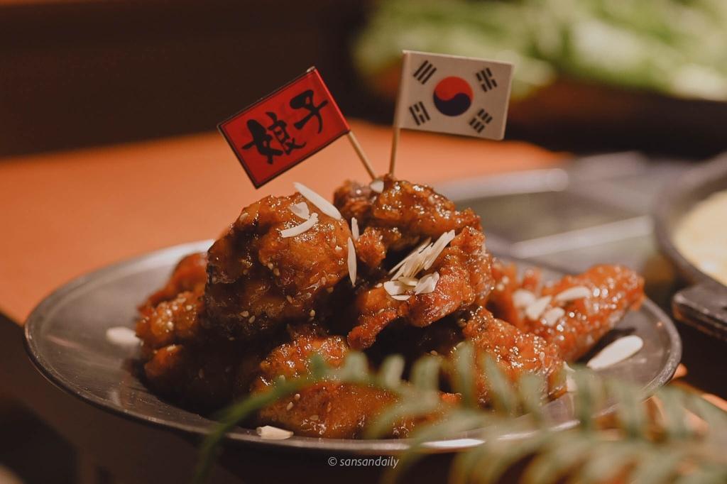 一盤韓式蜂蜜炸雞插上 著娘子韓食和韓國國旗的小旗子