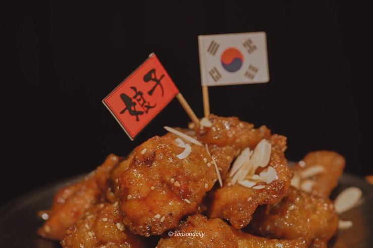 韓式蜂蜜炸雞上的紅色娘子小旗子