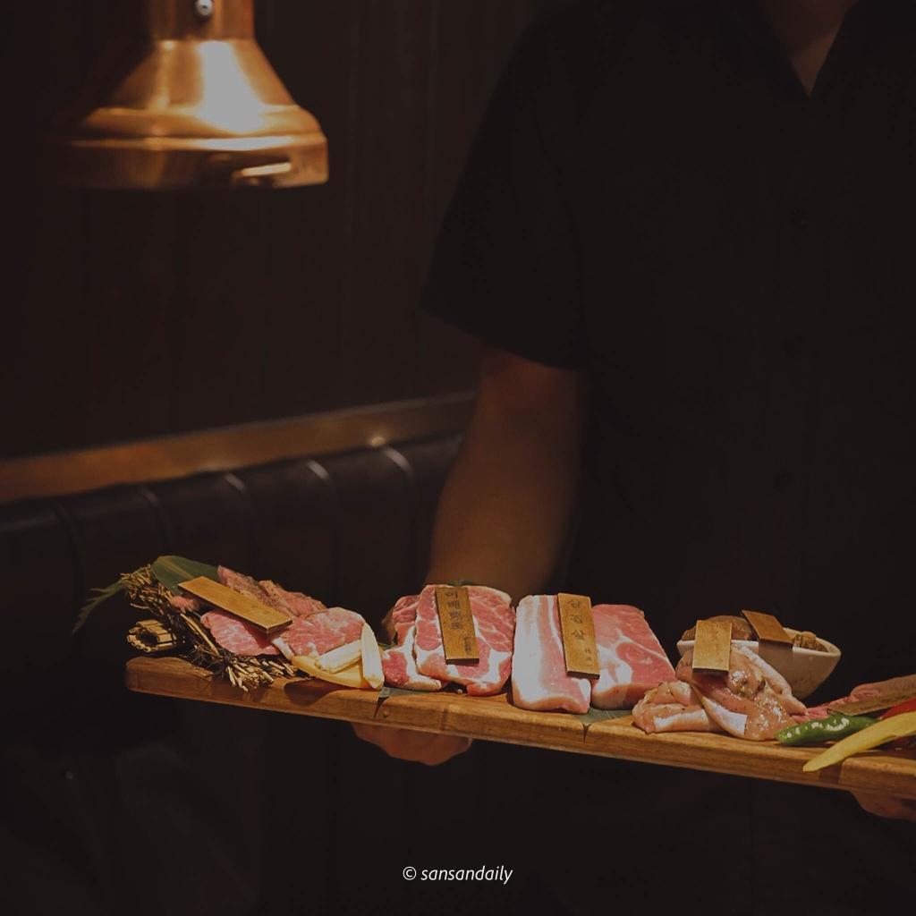 一個人端著一盤生肉 首爾超厚切組合