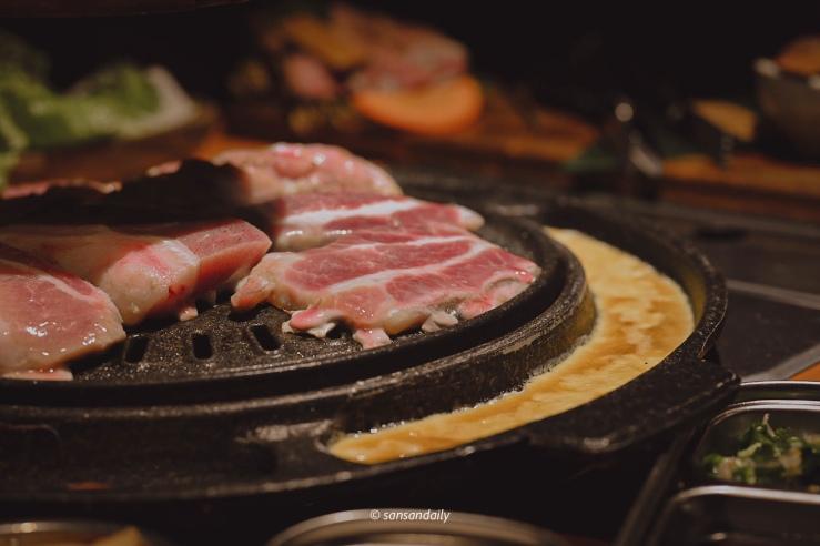 數片燒肉和起司烘蛋在烤盤上