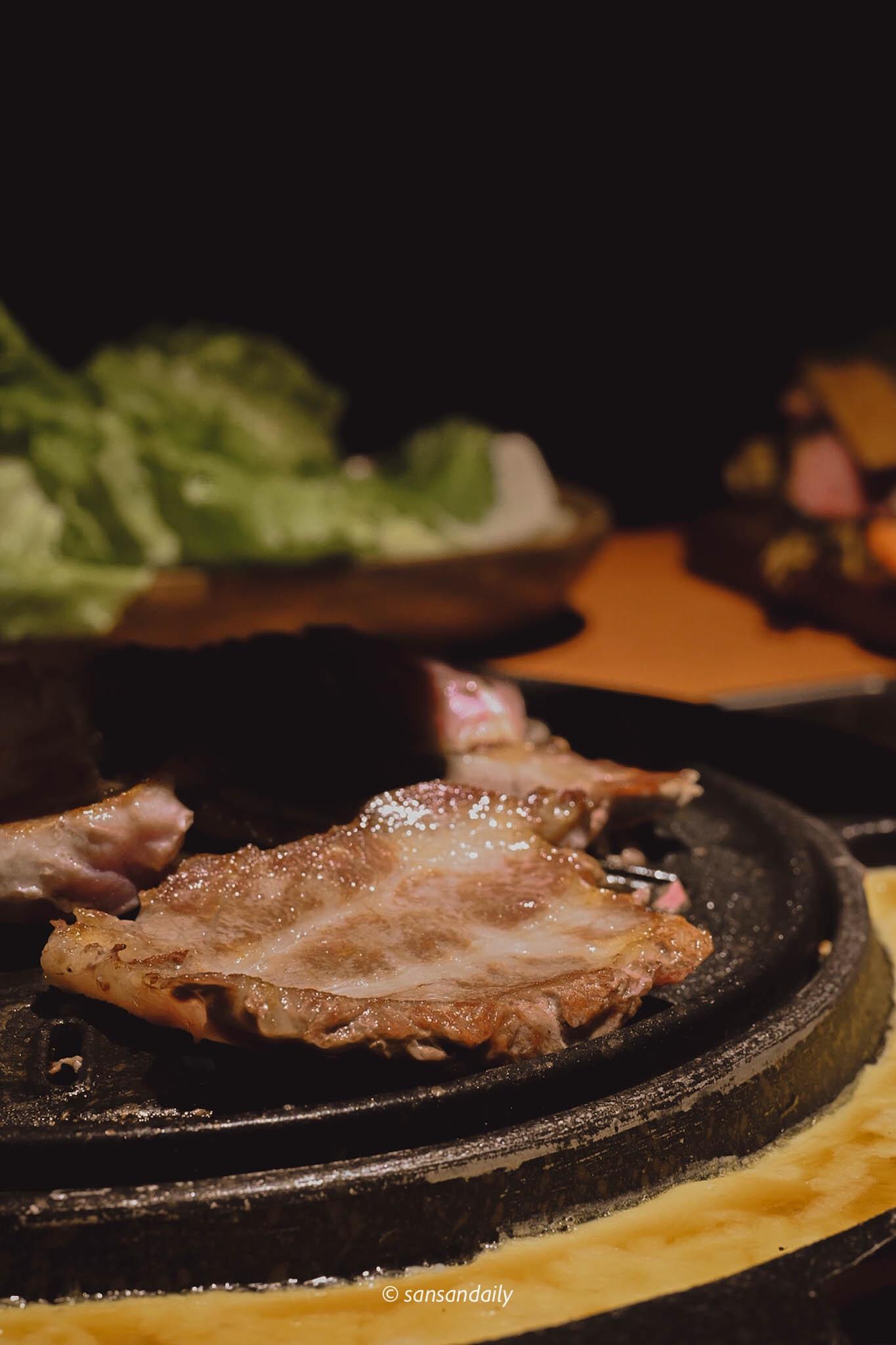 一片油亮亮的烤豬五花