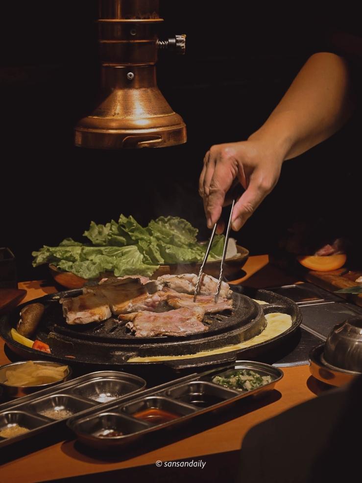 一個人在翻鐵盤上的燒肉