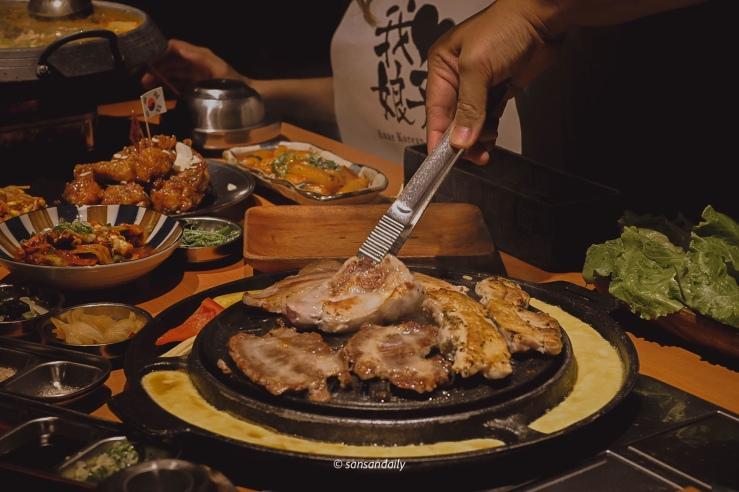 韓式烤肉和很多韓式經典美食在餐桌上
