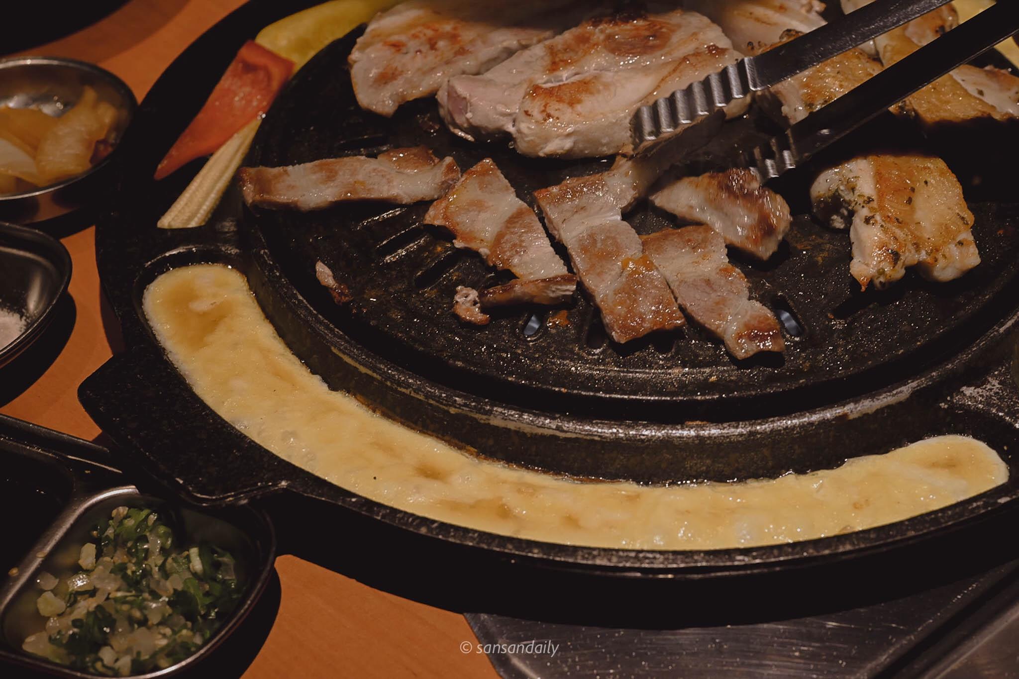 鐵盤上燒肉及起司烘蛋