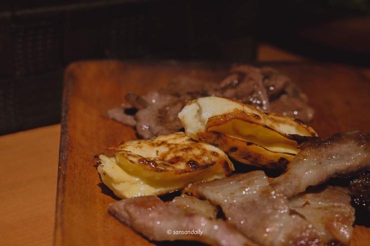木盤上有起司烘蛋和一些燒肉