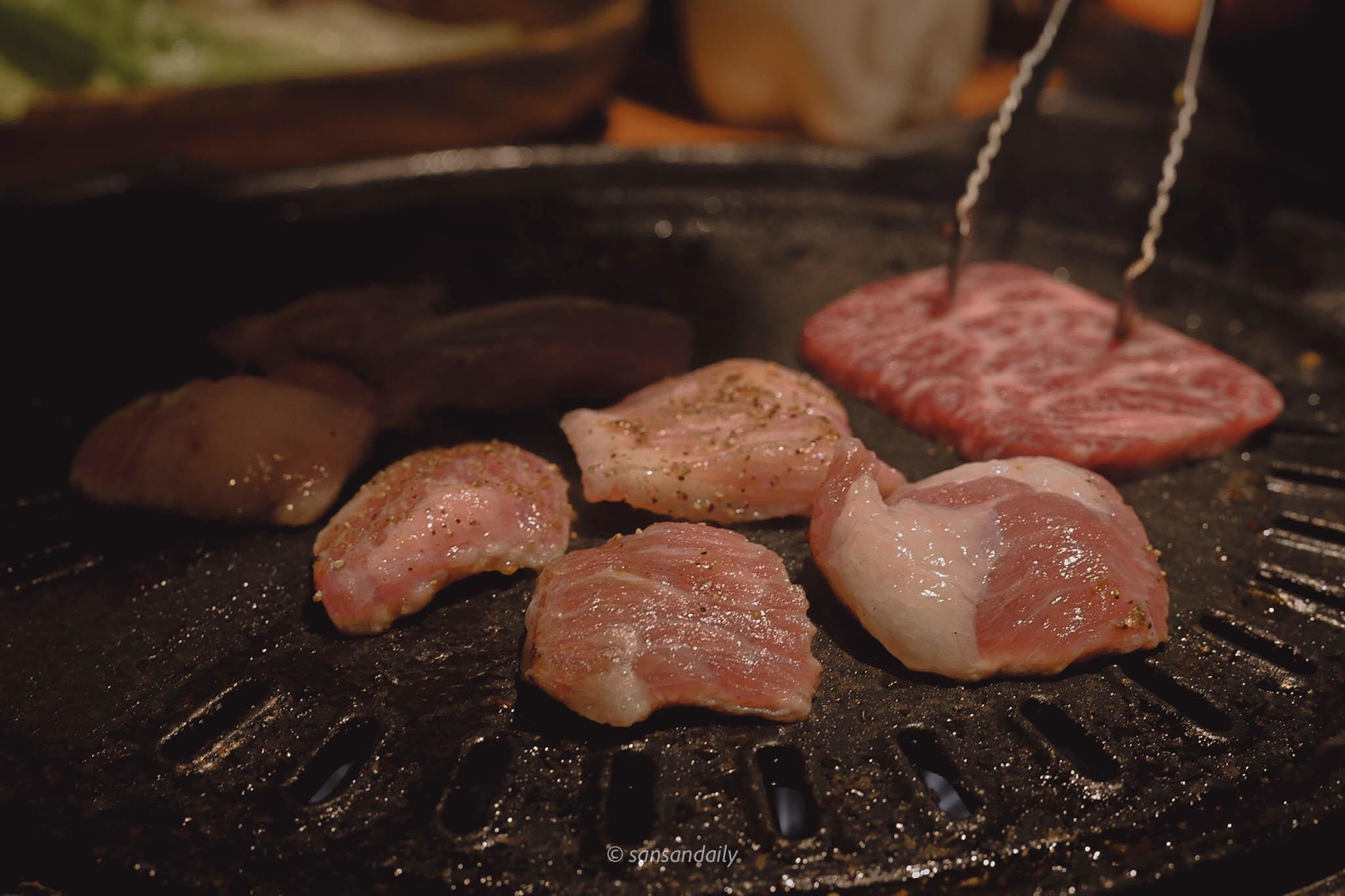 剛放到鐵盤上的伊比利豬頸肉