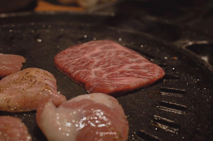 剛放到鐵盤上的和牛肉片