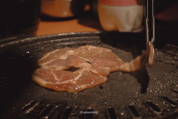 剛放上鐵盤的烤娘子秘製豬肉