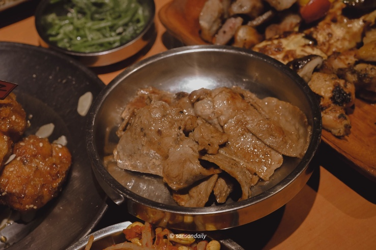 在盤子裡烤好的娘子秘製豬肉