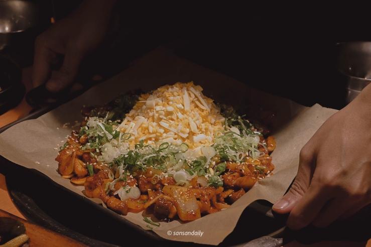 一個人端著韓式雪花烤腸