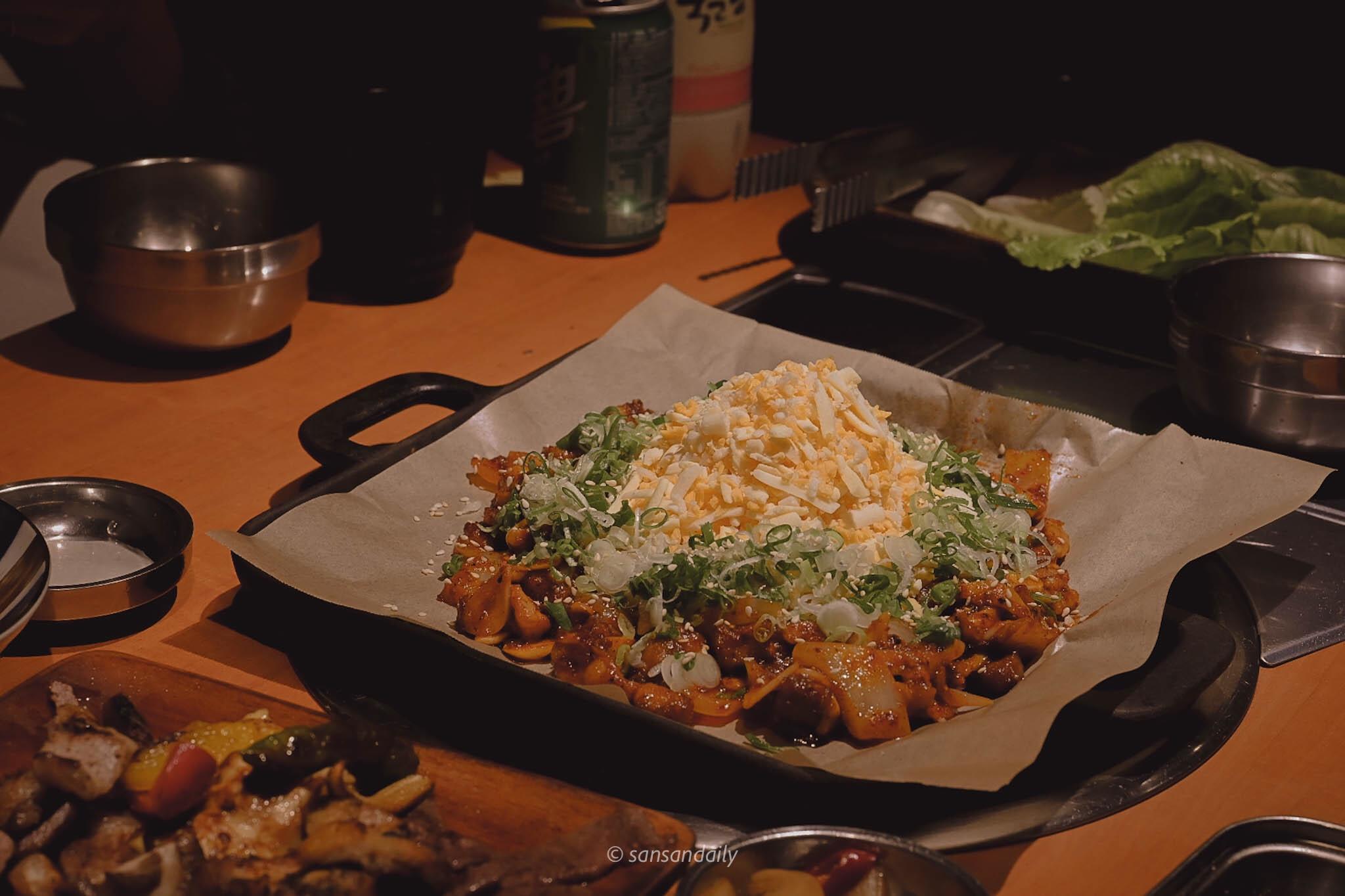 中間滿滿的起司周圍有韓式烤腸的韓式雪花烤腸