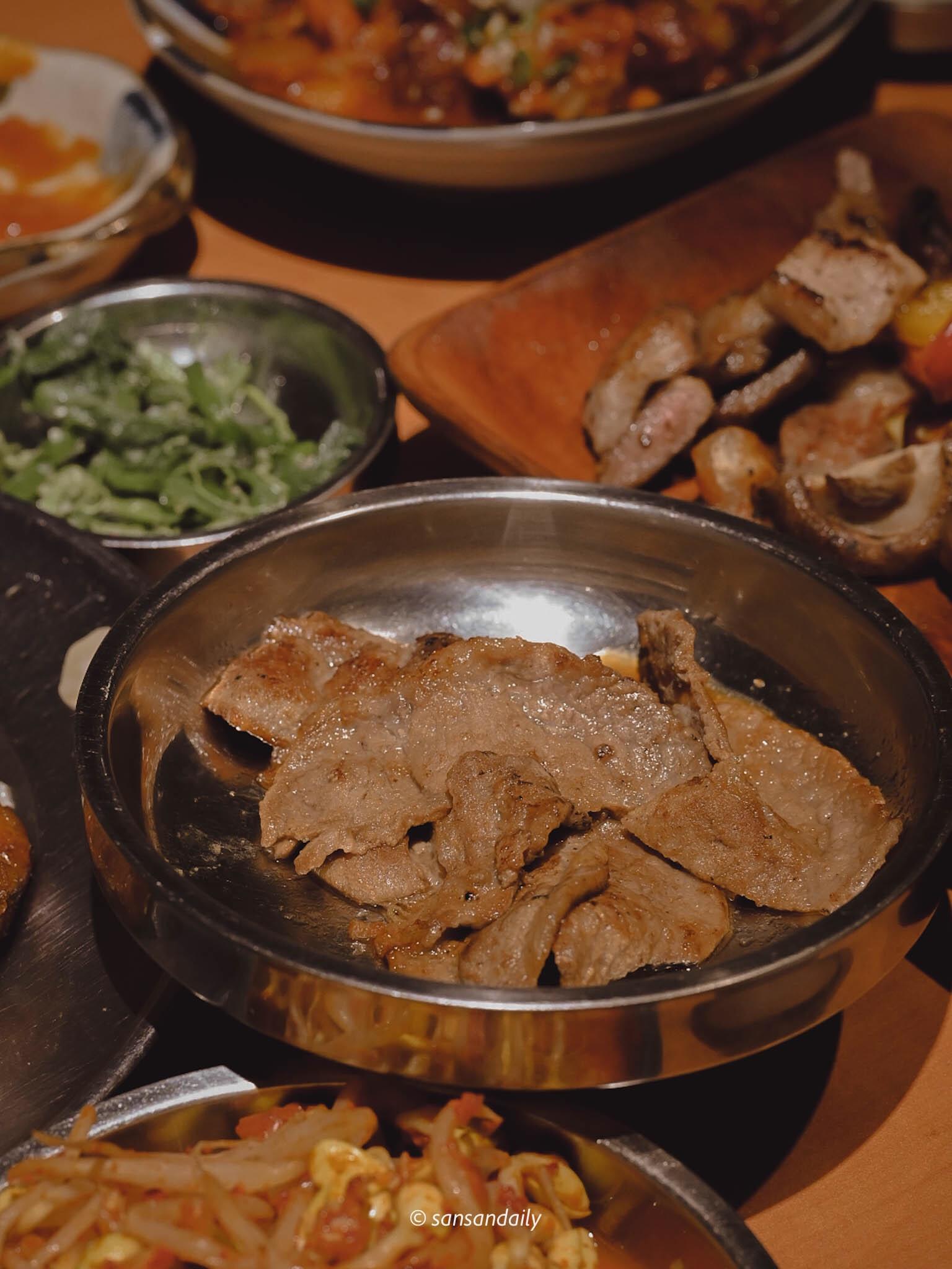 烤好盛盤的娘子秘製豬肉