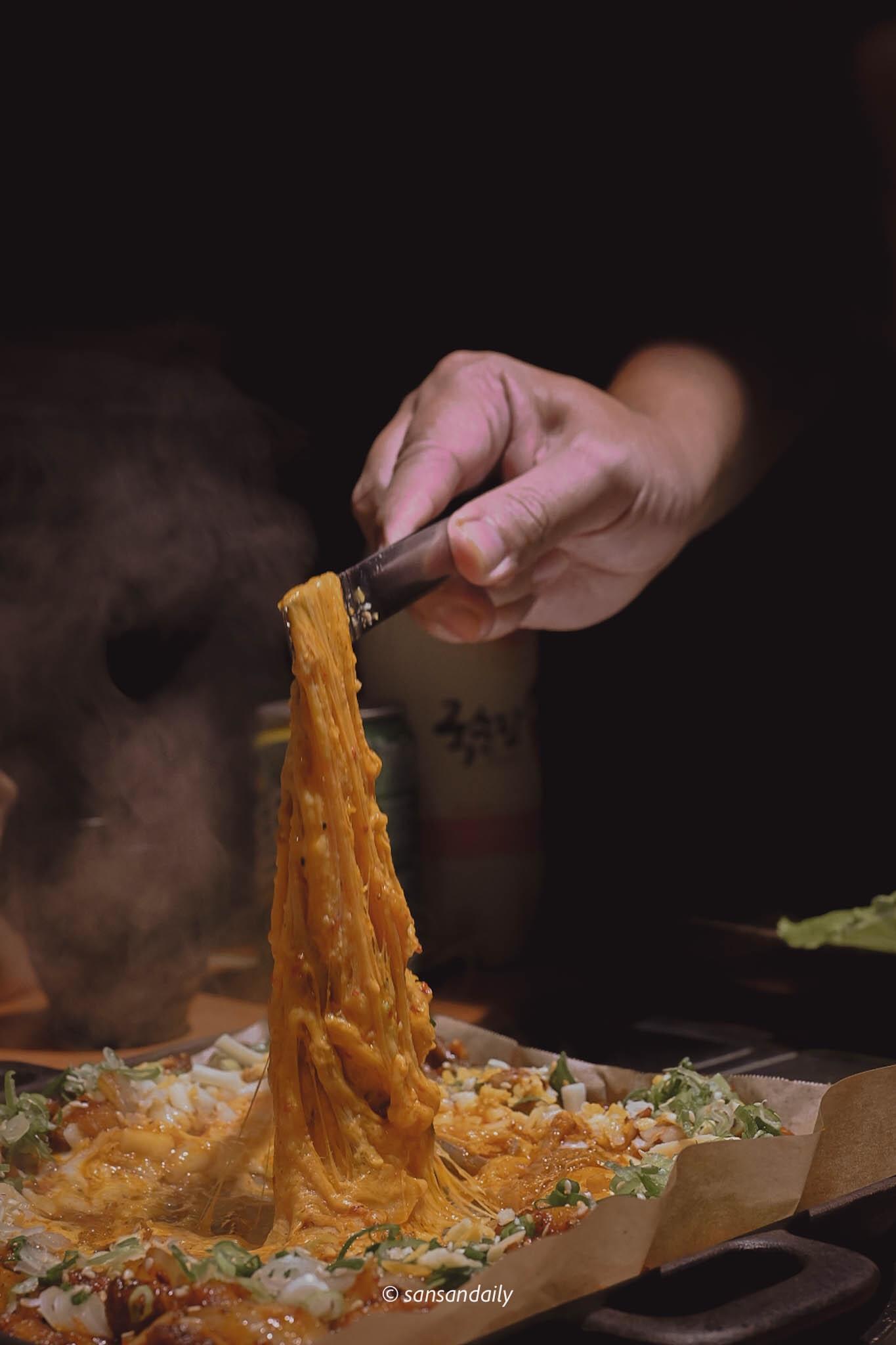 韓式雪花烤腸的起司融化被拉起