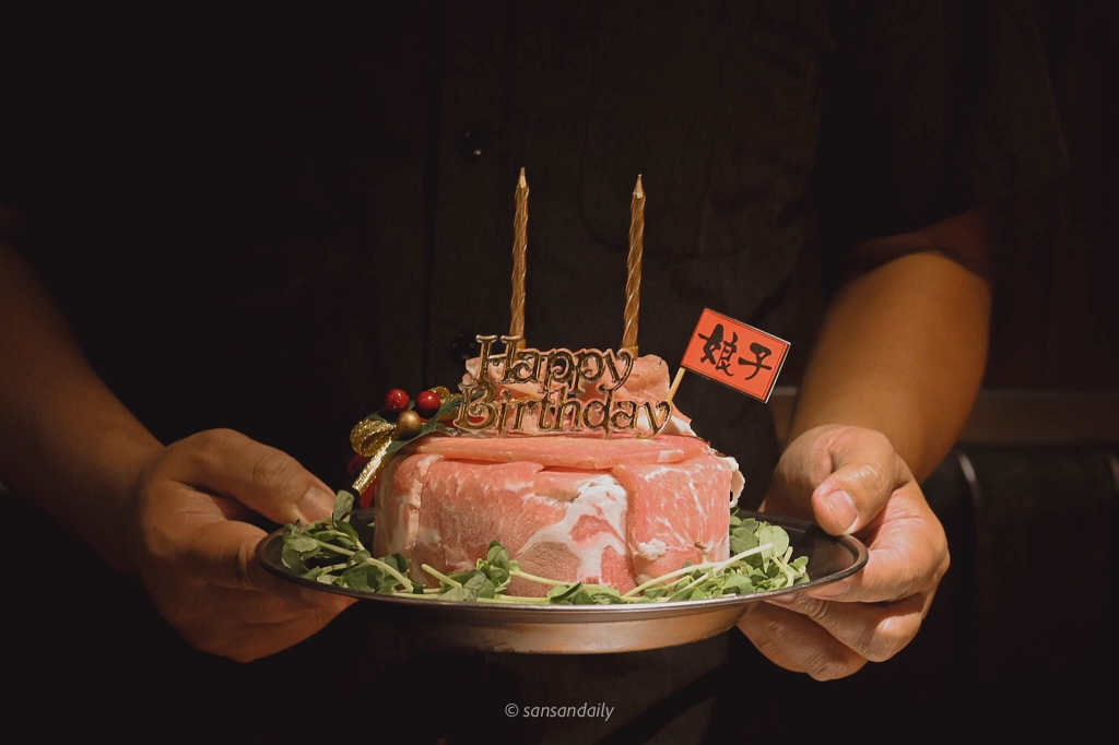 一個人端著娘子韓食的壽星禮 燒肉蛋糕