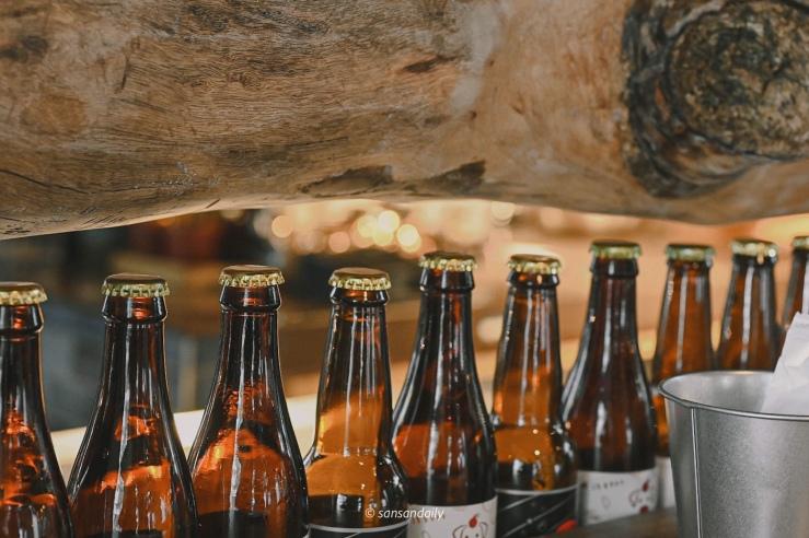 GUMGUM Beer & Wings吧台局部特寫 一排瓶酒空瓶