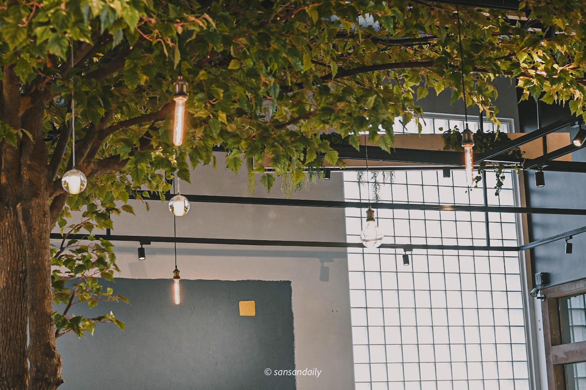 GUMGUM Beer & Wings雞翅酒吧內科店 頂天植栽裝飾局部圖