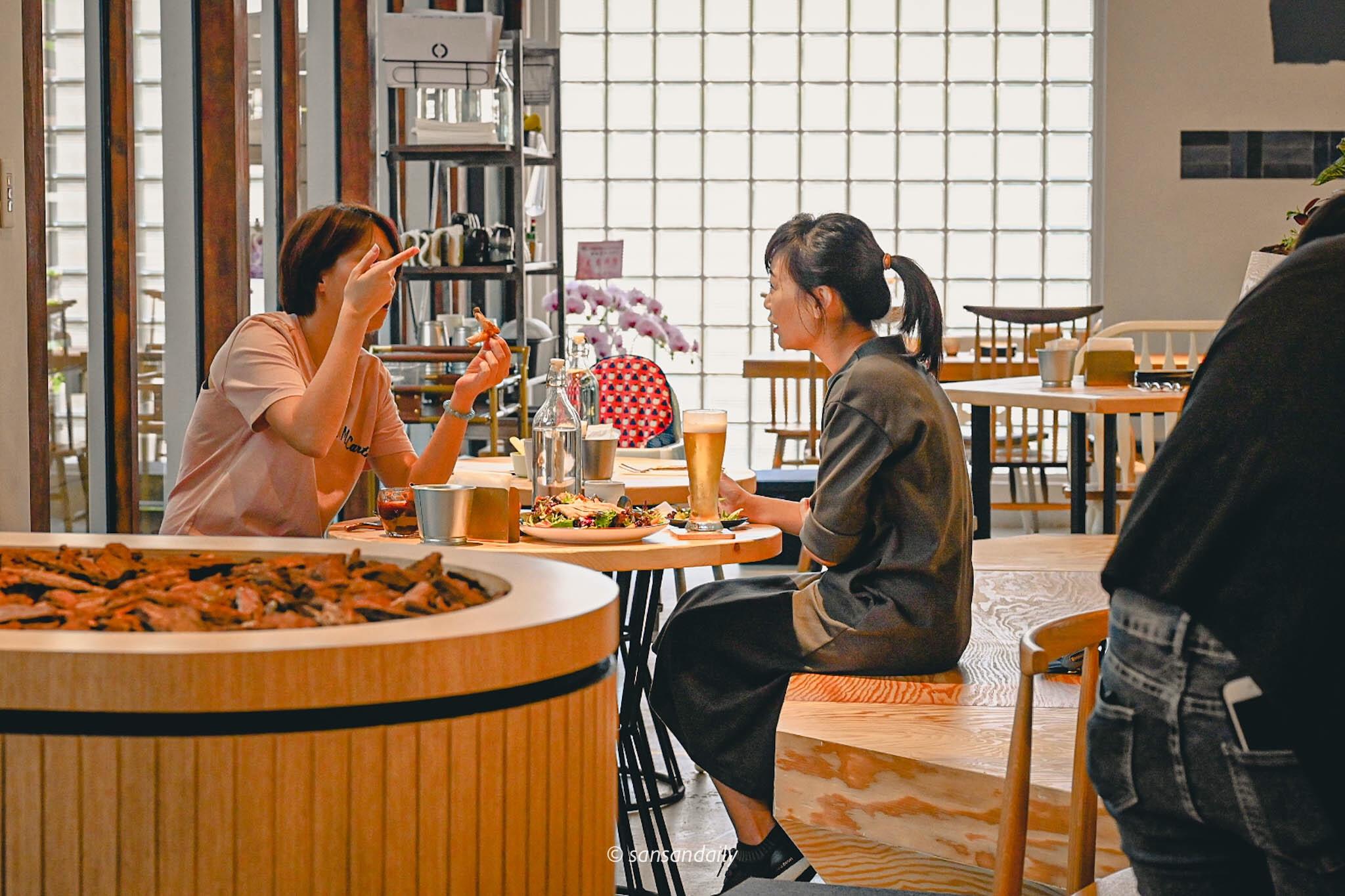 GUMGUM Beer & Wings雞翅酒吧內科店 午間上班族用餐情境圖