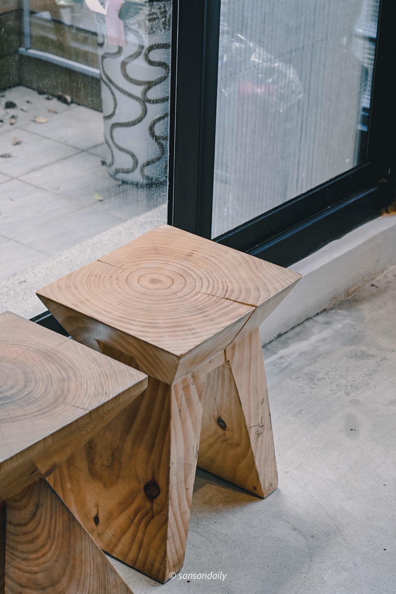 GUMGUM Beer & Wings雞翅酒吧內科店 實木造型椅特寫