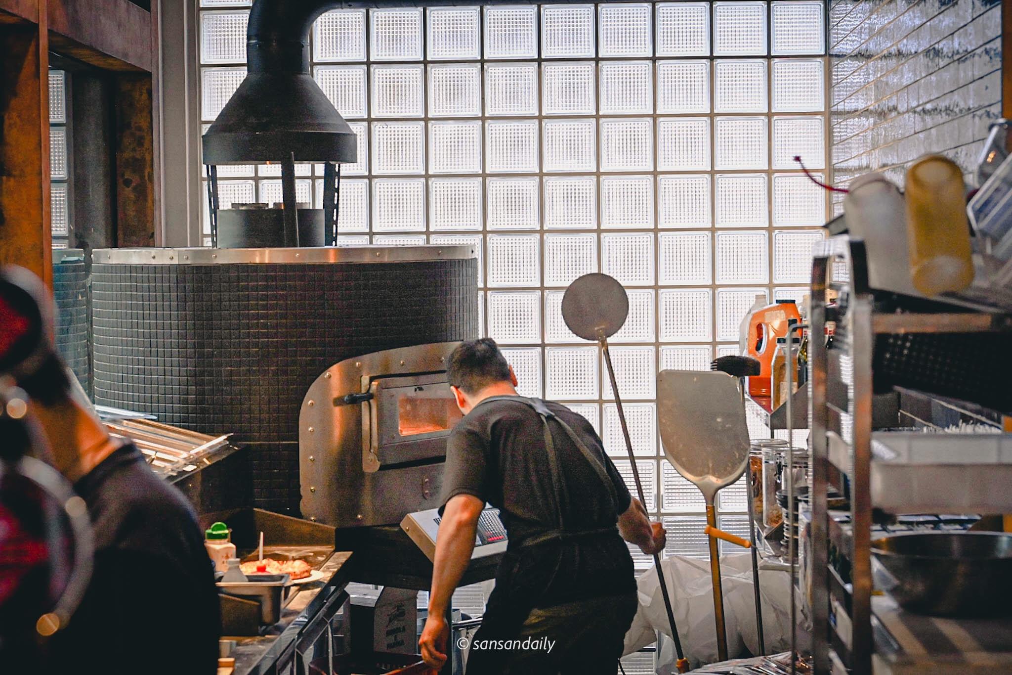 GUMGUM Beer & Wings披薩窯烤爐廚師料理畫面