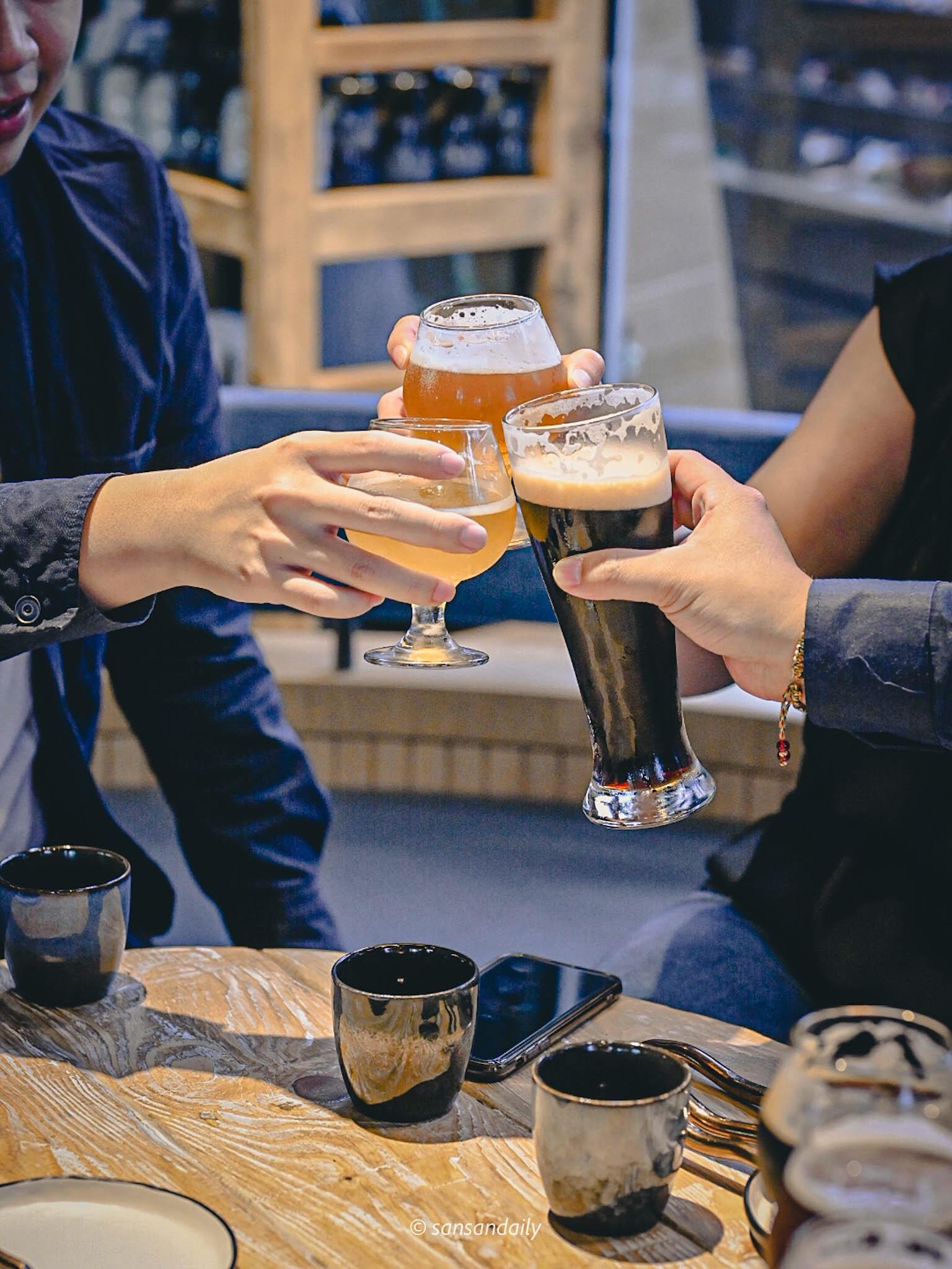 一群人在GUMGUM Beer & Wings乾杯情境圖