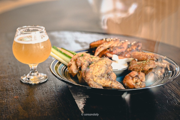 GUMGUM Beer & Wings的一盤炸雞與一杯啤酒