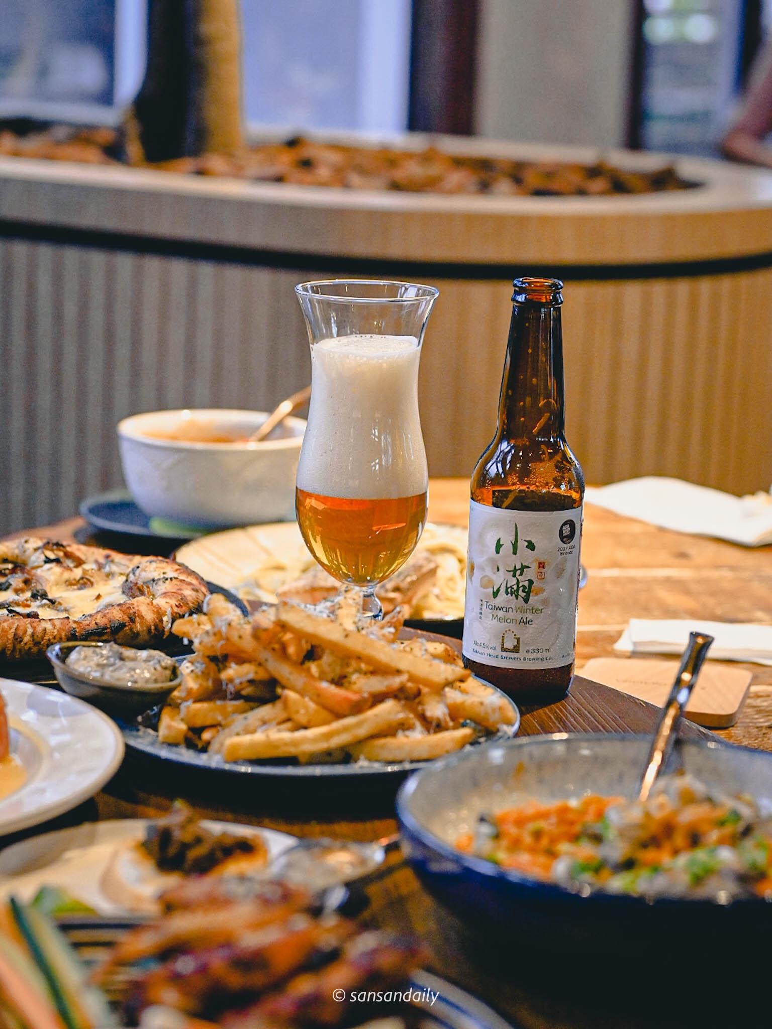 GUMGUM Beer & Wings餐桌上酒杯與餐盤情境圖