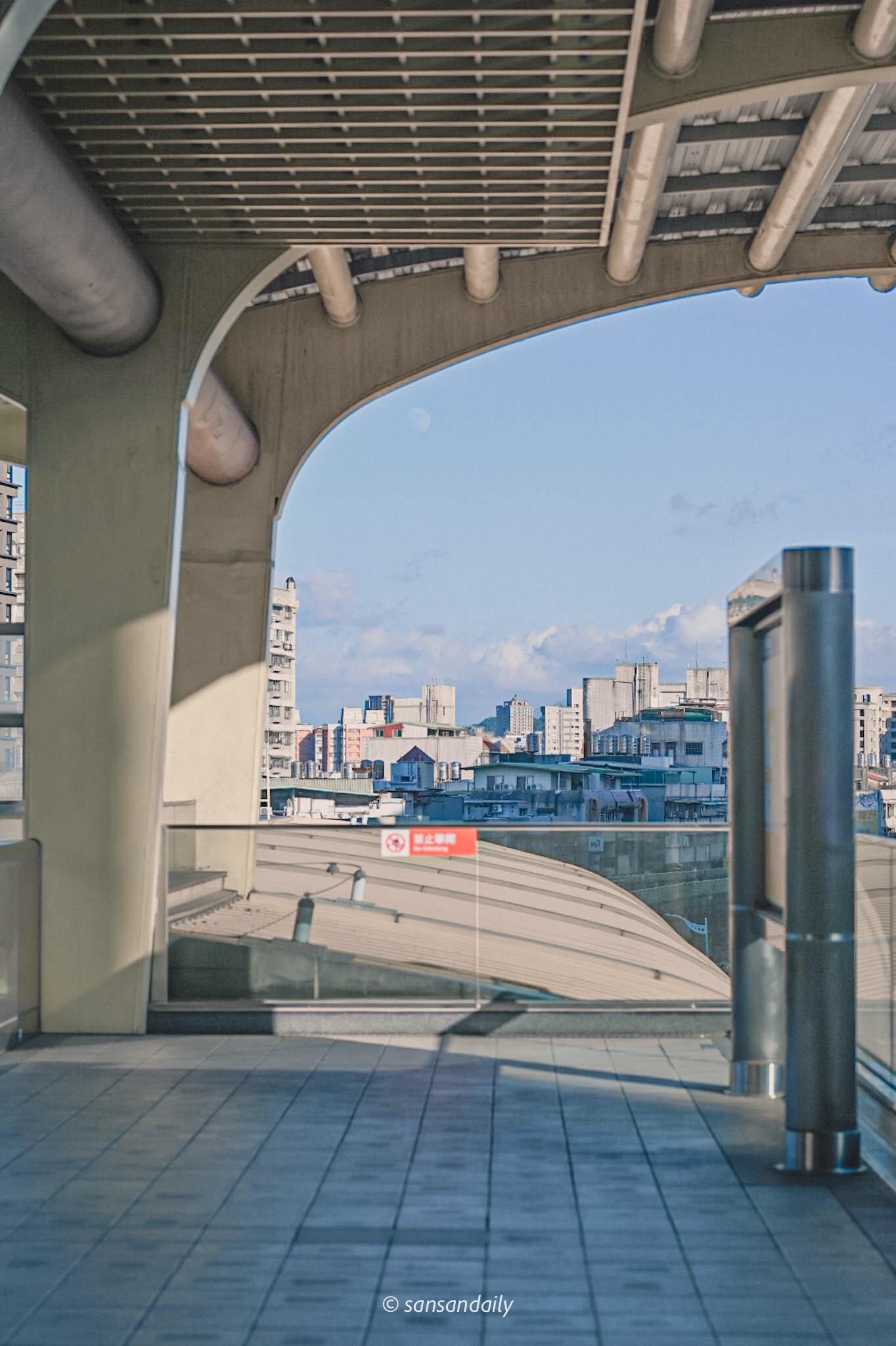 西湖捷運站月台風景圖